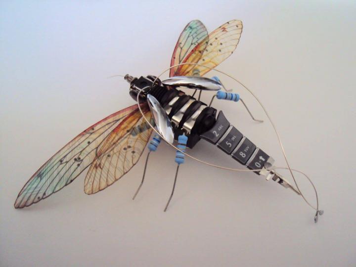 废弃电路板打造的电子昆虫
